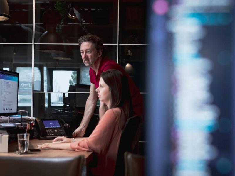 Peter Bot en Marit Porsinck overleggen aan tafel