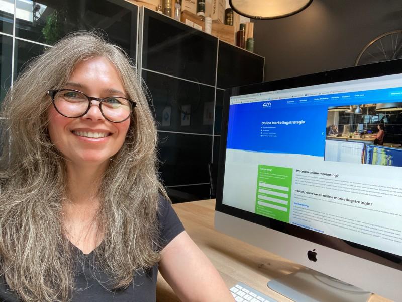 Lisa Ginus achter haar bureau bezig met online marketing