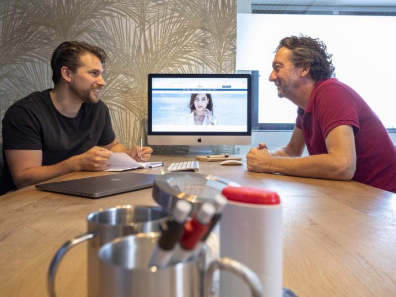 Jeroen Stoker en Peter Bot nemen een project door
