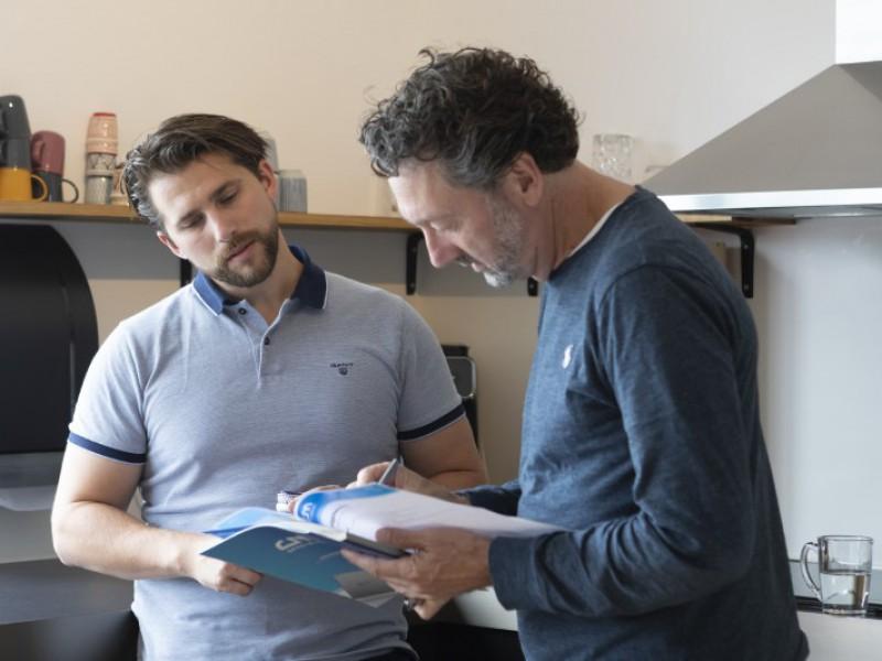Peter en Jeroen bespreken onze uitgebreide brochure