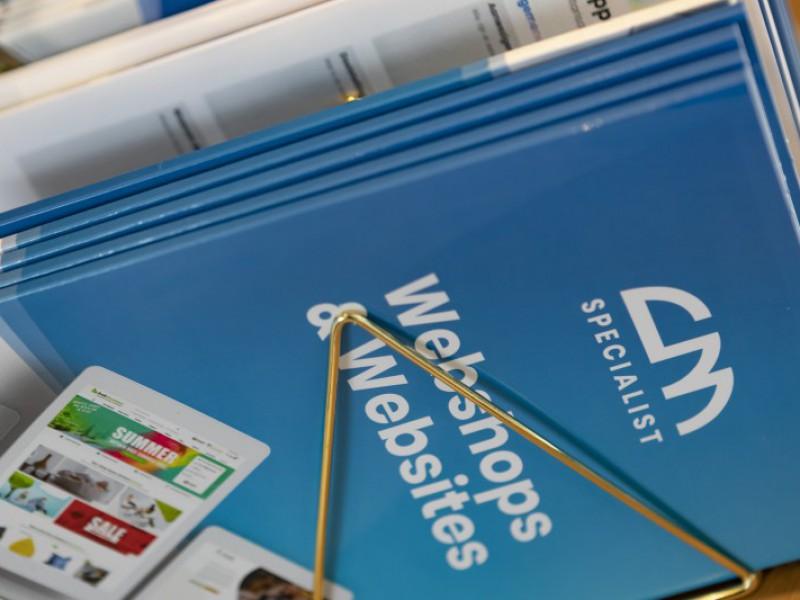 Brochures met informatie klaar om meegegeven te worden