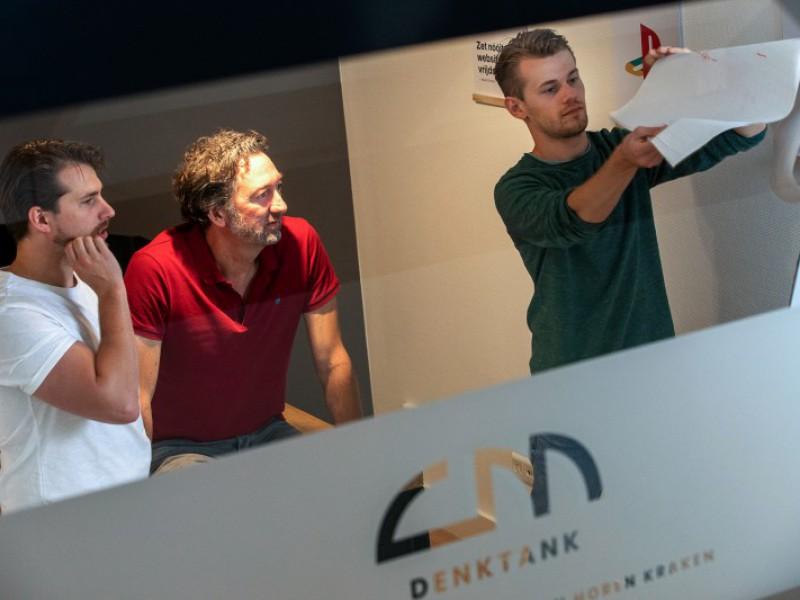 Nick Spaargaren presenteert aan Peter Bot en Jeroen Stoker
