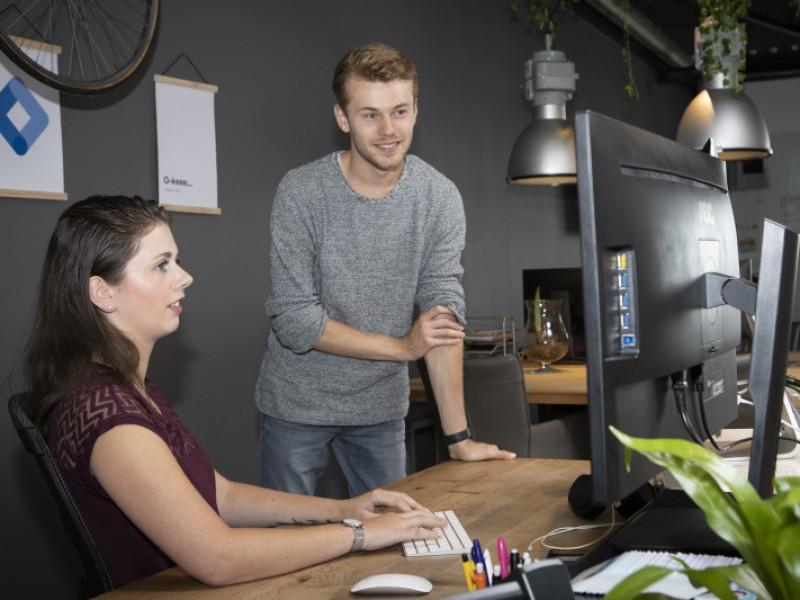 Marit Porsinck laat Nick Spaargaren iets zien op haar computer